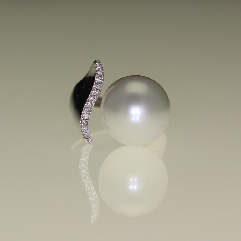 Bague perle et diamants.