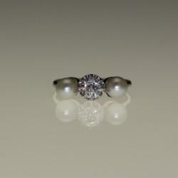 Bague diamants et perles.