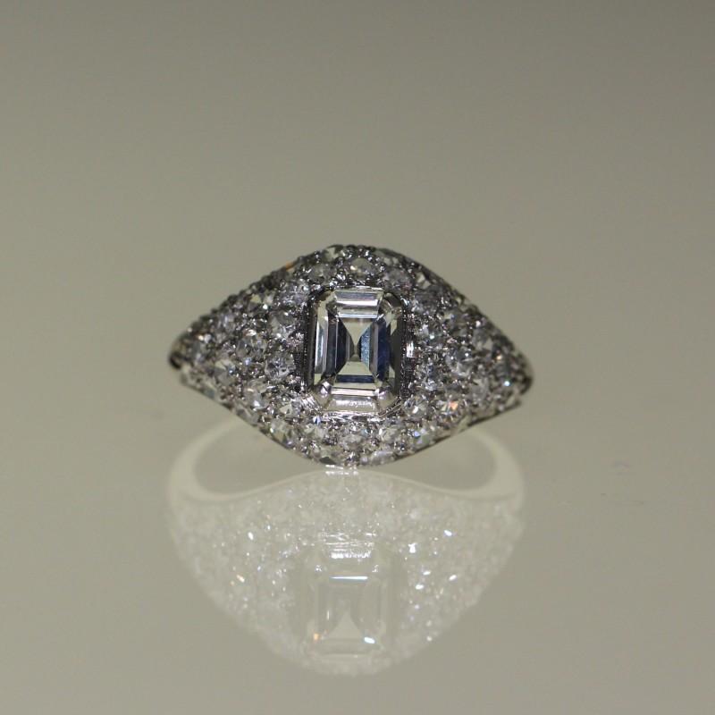 Bague 1930 en or blanc sertie de diamants.