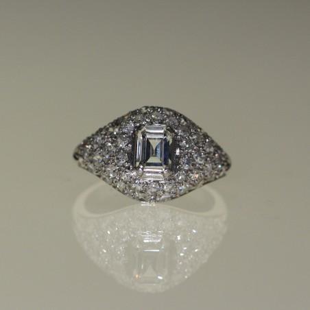 Bague 1930 en platine sertie de diamants.