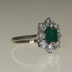 Bague émeraude entourage diamants en or et platine.