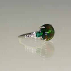 Bague opale sertie de diamants et d'émeraudes