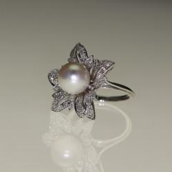 Bague fleur perle et diamants.