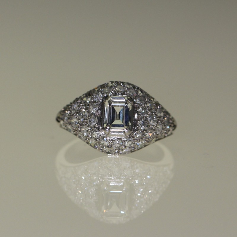 Bague 1930 en or blanc sertie de diamants.