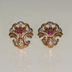 Clips d'oreilles rubis et diamants.